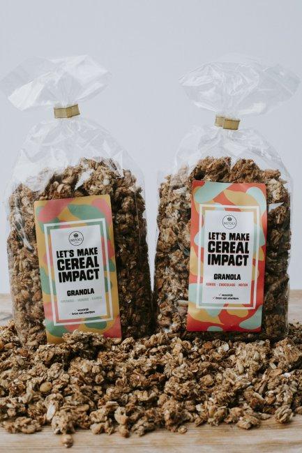Instock Granola is gemaakt van bierbostel. Er zijn twee smaken: Amandel, kaneel, honing en kokos, chocolade, noten.